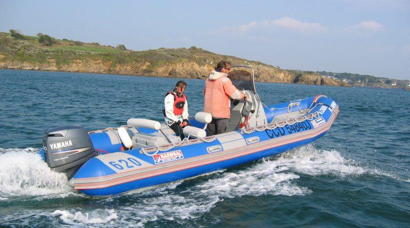bateau à moteur en nav